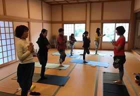 吉野のお寺に泊まって、ヨガ体験と季節のおすしづくり